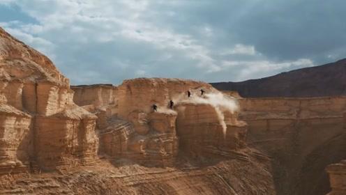 几个外国小哥在沙漠公园进行跑酷,网友:真人版神庙逃亡?