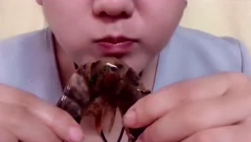 大姐也是很厉害了!大虾不知道怎么咬的一下子就吸出来了!