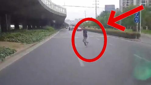 老头横穿马路,被直行车辆撞飞5、6米,行车记录仪拍下惨烈3秒