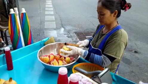 大妈路边卖石榴汁,剥石榴籽方法太轻松,又学到一招