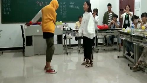 别人班级的小情侣,在教室里面蹦迪斗舞,班主任还在旁边拍照