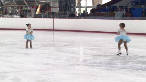 两小娃参加滑冰赛,一个负责比赛,另一个全程卖萌,全场都笑趴了