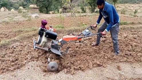 """18岁小伙发明""""摩托车""""犁地机,一天能犁6亩地,500元造一台"""