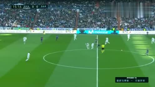 球员想传给梅西前点,可惜力度太大了飞出场外