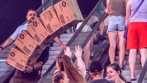 老外搬一摞箱子恶搞路人,吓得路人纷纷举手,网友:会被揍的老兄!