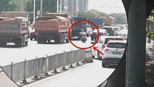电动车男子遇到堵车任性拐弯,被货车撞翻却不值得同情