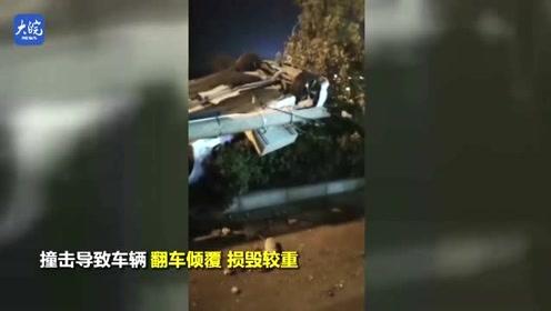 阜阳一轿车撞倒电线杆四轮朝天翻覆绿化带