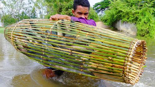 鱼笼中放了两片五花肉,沉入河中,第二天打捞上来好多鱼啊