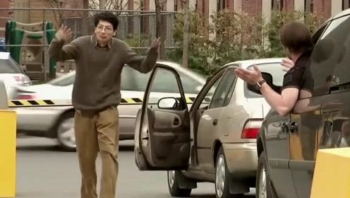 国外恶搞:司机被路障拦路,结果还被路障戏耍,顿时感到无可奈何!