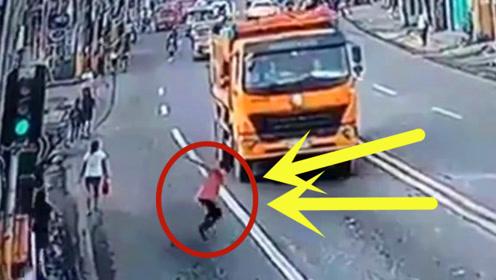 男子碰瓷当场被碾断腿,网友:这是自杀还是碰瓷?真相只有他自己知道了!