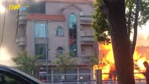 突发!佛山南海发生火灾,路边豪宅被波及