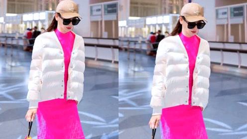 """戚薇穿荧光粉紧身裙回头率百分百,手提""""葫芦""""造型很奇异"""