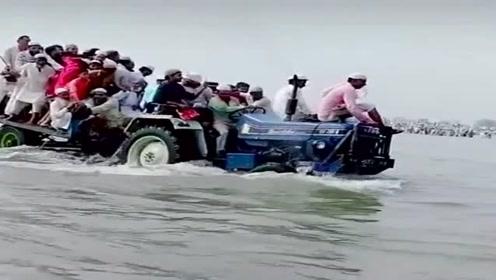 高手在民间!拉着几十口子人过河,开拖拉机的大哥太猛了