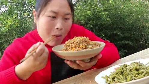 隔夜饭太多胖妹做个酱油炒饭,配上自家腌的脆豆角,解腻又开胃!