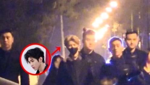 蔡徐坤深夜现身人民大学拍写真,众保镖护身阵容吓人