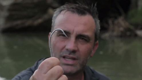 大鱼钩都被拉弯,男子也被拉下了水里,这是钓到了多大的鱼?