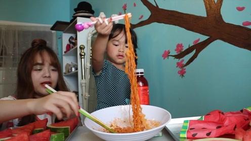 小姐姐带妹妹吃火鸡面,妹妹辣到说不出话