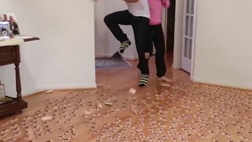 亲妈见打系列,在客厅摆满1000个捕鼠夹,一脚下去场面控制不住