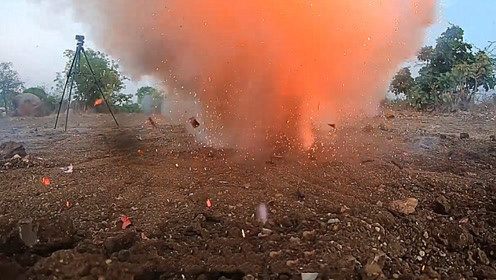 300个鞭炮放进沙坑中,点燃后会怎样?两秒后场面控制不住了!