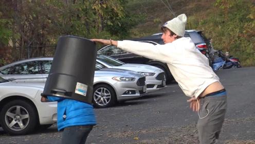 老外手持垃圾桶上街,看见一个人就往他头上套,惨遭路人追杀!