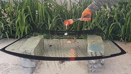 老外作死把1000度铜水倒在挡风玻璃上,倒下去的瞬间,场面失控了!