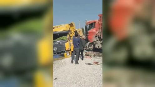 湖南新化2辆大货车惨烈相撞 其中一车轮胎都被撞飞了