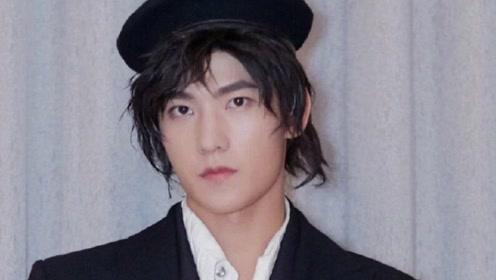 """原以为杨洋""""寸头""""够帅了,直到看见他""""长发"""",才懂什么是韩系美男"""
