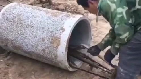 农村大哥发明的这个神器真溜,把石灰缸轻轻松松抬起来,太实用了!