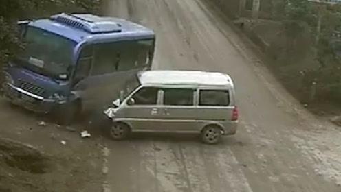 新手上路!司机驾面包车转弯角度过大与对向客车相撞