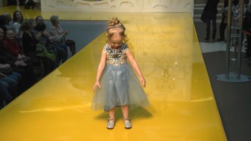 萌娃走秀走到一半,突然掀起裙子,下一秒憋住别笑!
