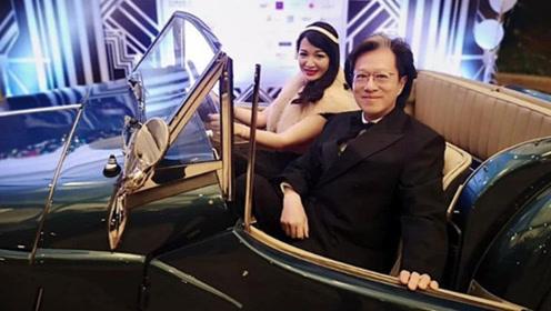 陈少霞与富豪老公恩爱出席派对 盛装坐古董车扮大亨