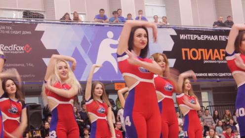 这排场太大了!俄罗斯啦啦队女孩一出场,气氛就到达了顶峰