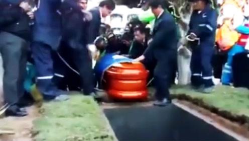 市长葬礼上棺材突然掉进墓穴遗体摔出 上千名哀悼者吓坏