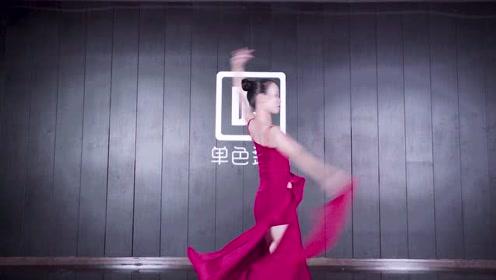 少妇们披着粉色纱巾跳东方舞,一曲花粥的《归去来兮》注入灵魂!