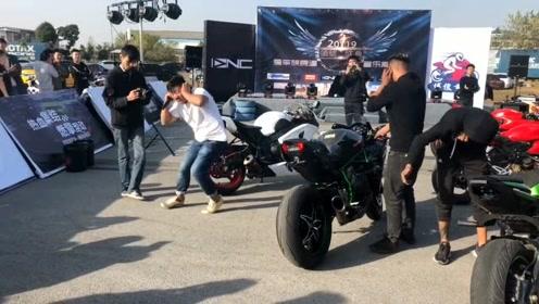 主持人要给摩托加油吓跑自己,烟筒都冒火了