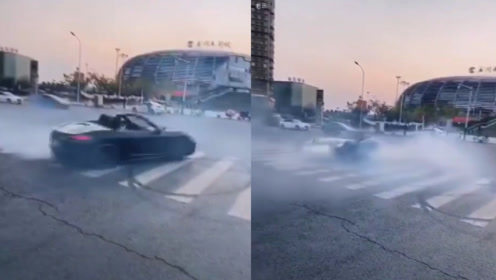 安徽一男子开跑车大秀漂移绝技,发出刺耳摩擦声,伴随大量烟雾
