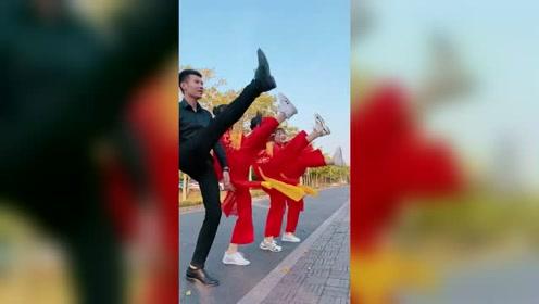 辣妈广场舞,这小伙子笑的真是开心