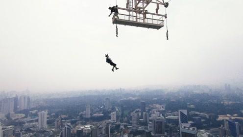 超刺激!跳伞大神从421米的塔顶跳下,同行的有100名跳伞高手