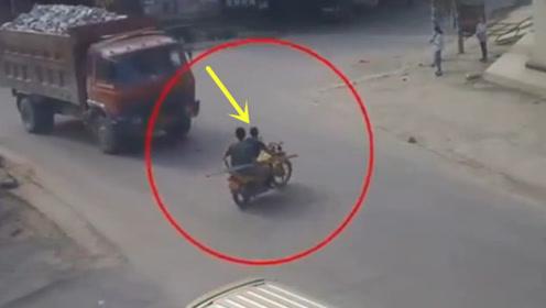 任性横穿摩托车,当场已悲剧收场!要不是监控拍下谁信