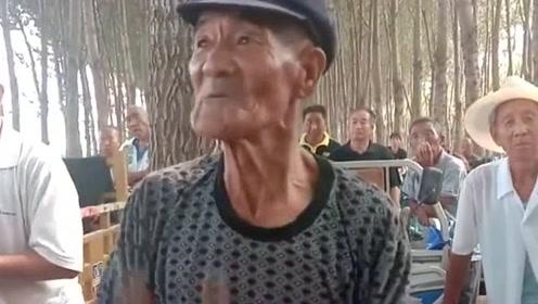 敲锣打鼓的老爷爷,年纪这么大心态还这么好,值得我们学习!