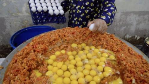 """印度街头的""""炒鸡蛋"""",240个鸡蛋砸一锅,看完你敢吃吗?"""