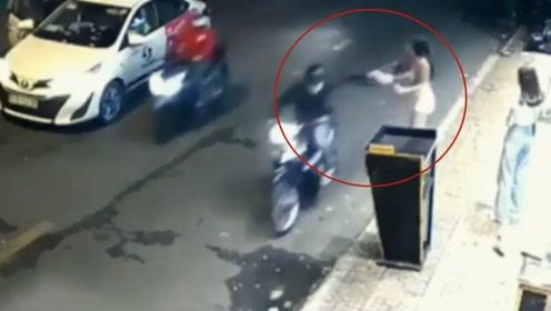 女孩街头遭飞车党抢包 当场被拽翻在地连滚两圈