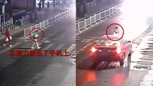 入魔了!男生过马路看手机,被撞倒后起身继续看手机