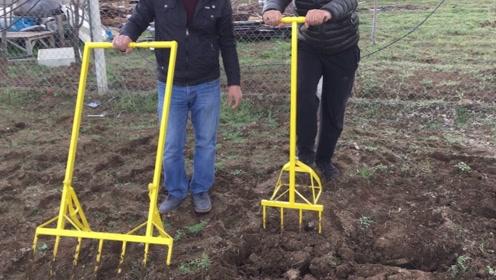 """农民大叔发明""""松土""""神器,一天能松土5亩地,20块钱造一把"""