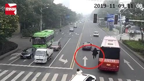 """太危险!行驶的客车外,竟悬空挂着一""""高人""""当街游行"""