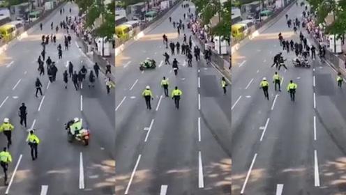 """香港赵子龙!阿sir骑摩托冲入示威人群""""闯关"""" 黑衣暴徒四散逃去"""