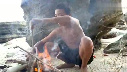 生存技能两个男孩在洞穴中发现蝙蝠,抓了烤着吃,鲜美