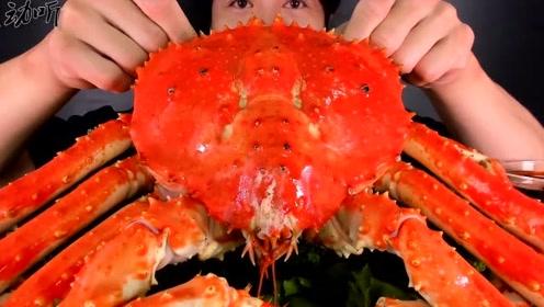 这么大帝王蟹小哥一个人都吃不饱!打开看里边的肉,感觉坑死了!