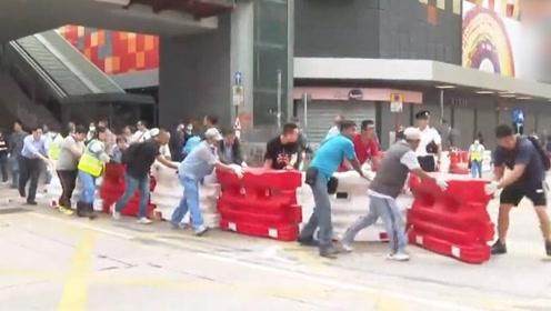 点赞!香港多地交通持续混乱 多区市民自发清理路障