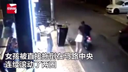监拍:越南女孩街头遭飞车党抢包,当场被拽翻在地